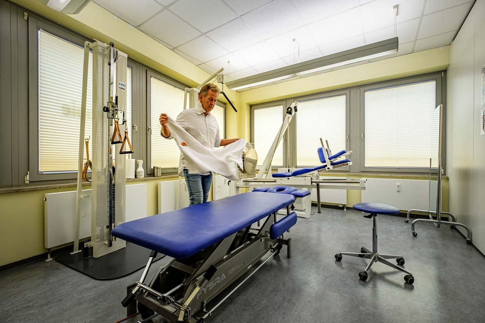 Physiotherapeut Joachim Ueck an der Behandlungsliege
